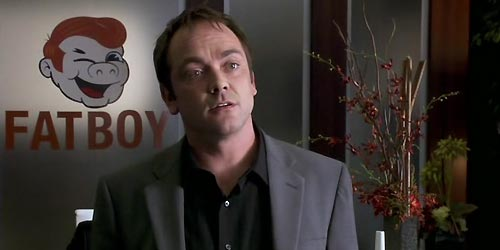 Mark Sheppard incarne Manservant Neville dans The Middleman (2 episodes - 1.11 & 12)