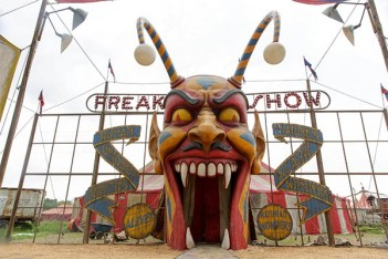 American Horror Story: Freak Show – Monsters Among Us (4.01)