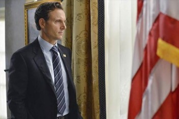Fitzgerald Grant devrait regarder House of Cards