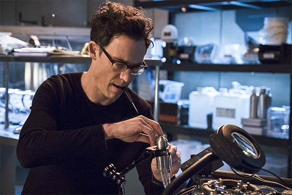 harrison wells terre 2 - Harrison Wells de The Flash : Les différentes versions du fondateur de STAR Labs