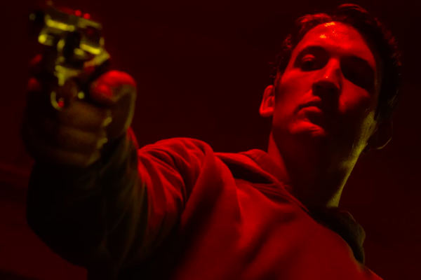 Too Old To Die Young Saison 1 Miles Teller1 - Too Old to Die Young : Miles Teller plonge dans le monde violent de Nicolas Winding Refn, aujourd'hui sur Amazon